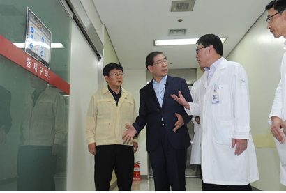 Seoul Mayor Park Won Soon Pays Visits to MERS-Related Hospitals