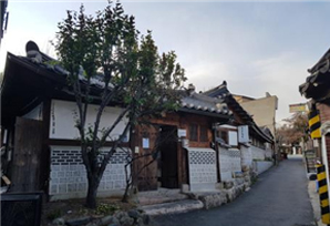 View an Exhibition and Read a Book at a Hanok