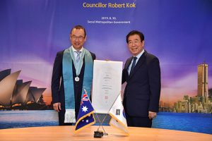Park Won-soon, Mayor of Seoul, Presents Robert Kok, Sydney City Councillor, with Honorary Citizenship of Seoul