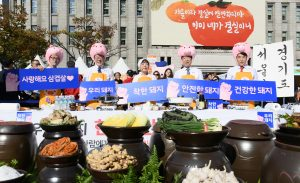 Mayor of Seoul Supports Korean Pig Farms in Seoul Plaza