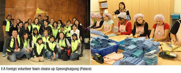A foreign volunteer team cleans up Gyeonghuigung (Palace)